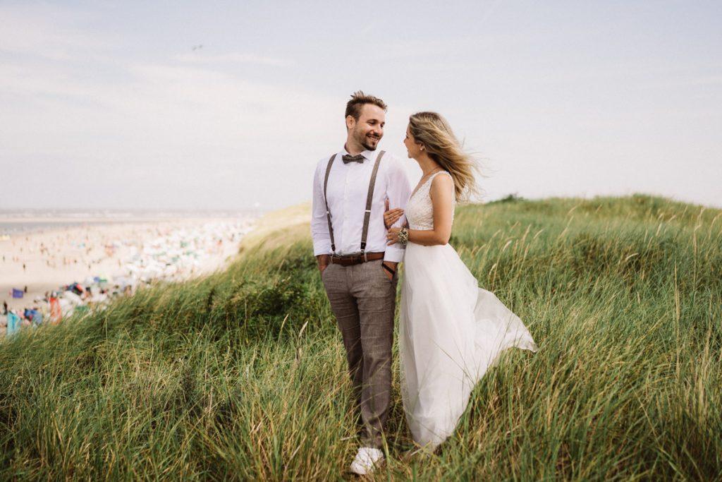 Hochzeitspaar auf den Dünen der Insel Baltrum