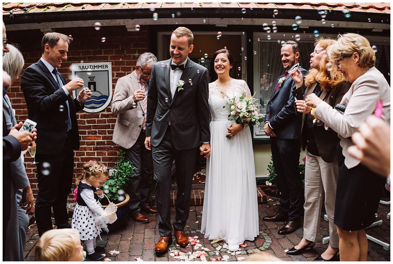 Brautpaar vor dem Standesamt Hochtiedsstuv Norderney