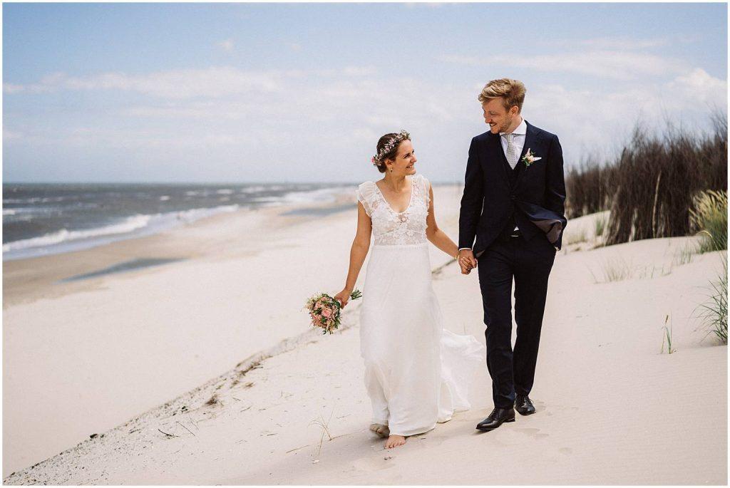 Hochzeitsfoto von einem Hochzeitspaar am Strand von Wangerooge