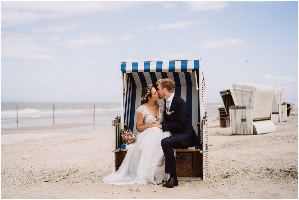 Hochzeitsfoto von einem Hochzeitspaar im Strandkorb auf Wangerooge