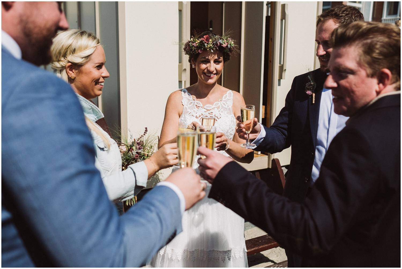 Brautpaar trinkt Sekt mit dem Standesbeamten auf Norderney