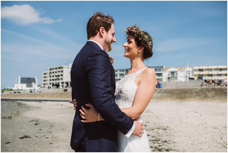 Hochzeit auf Norderney - Brautpaar an der Strandpromenade
