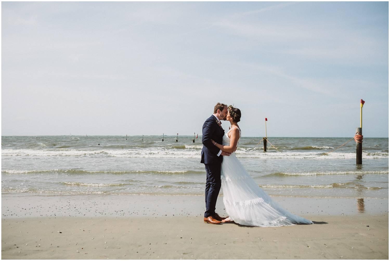 Hochzeit auf Norderney - Brautpaar am Strand