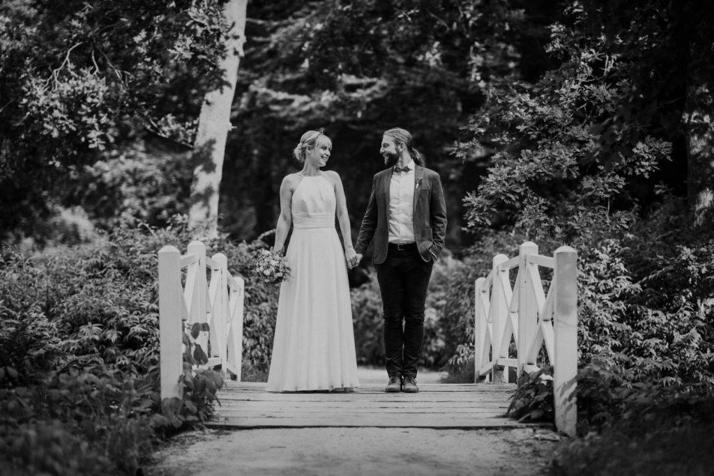 Frisch verheiratetes Paar im Lütetsburger Park nach der Hochzeit in der Burg Berum