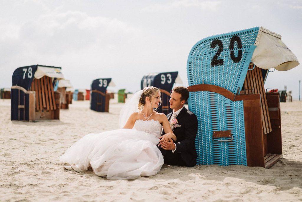 Hochzeitspaar am Strandkorb von Juist