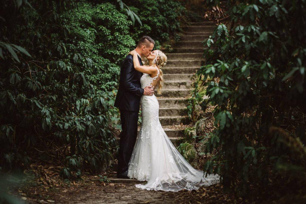 Hochzeitspaar im Schlosspark Lütetsburg nach der Trauung im Tempel der Freundschaft