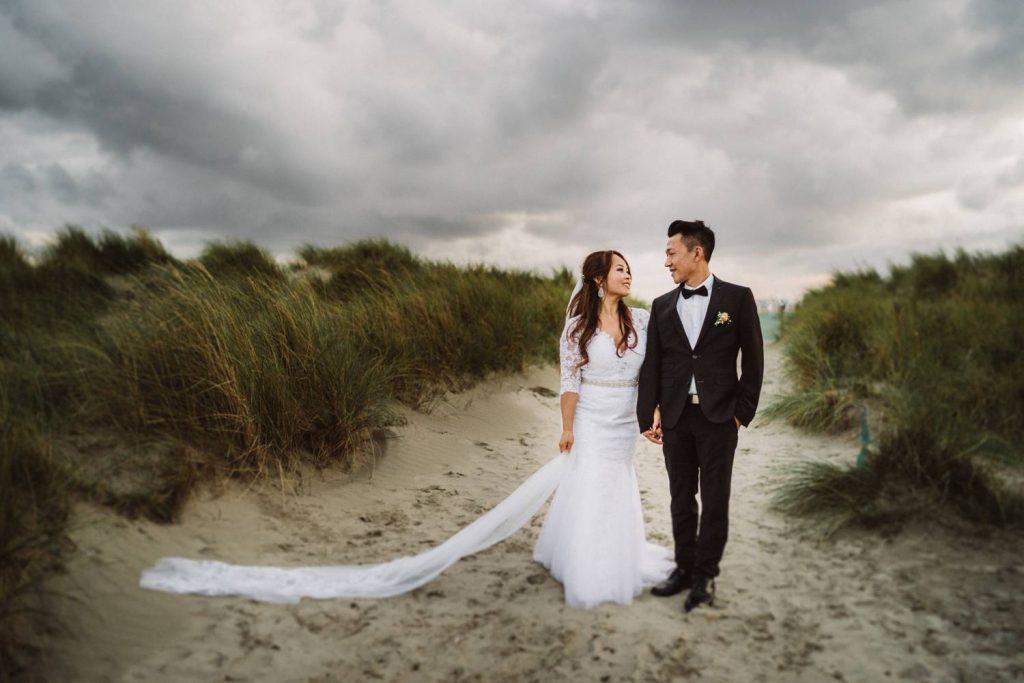 Hochzeitsfoto von einem Brautpaar am Strand von Norddeich