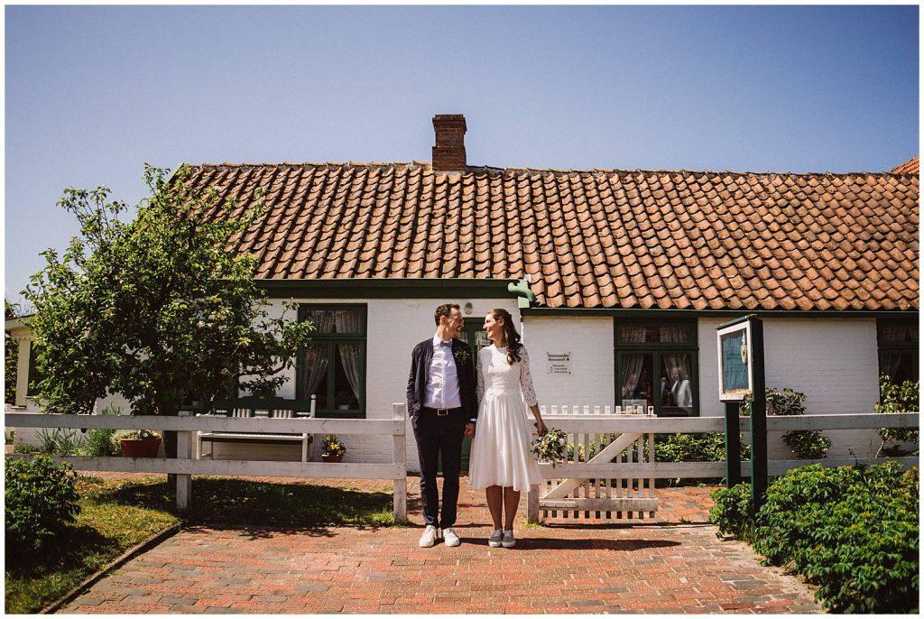 Hochzeitspaar aam Seemannshus Langeoog